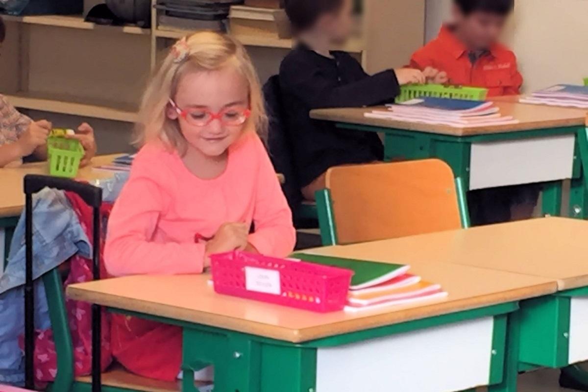 la petite luizon dans sa salle de classe au sein de lécole primaire quelle fréquente c33d3